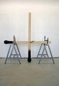 Matchstickmen - Cross Installationsaufbau Material : Holz. Stahl, Schraubzwingen, Hartschaum, Acrylfarbe - Wolfgang Stiller