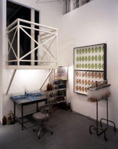 Laboratorium I  1993, Mixed Media, Installationsaufbau Röntgen-Kunstinstitut, Tokyo - Wolfgang Stiller